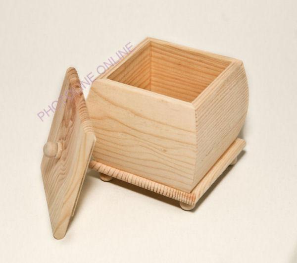 Domború fedeles, lábas fa doboz 11 x 9 x 9 cm